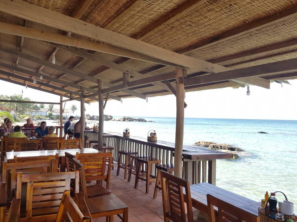 Nhà hàng hướng nhìn ra biển tuyệt đẹp. Từ đây bạn có thể đi bộ ra, bơi lội và khám phá nhiều hoạt động thú vị khác