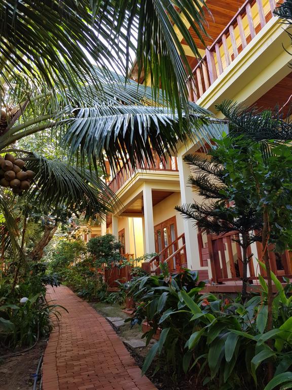 Cây xanh được phủ kín các lối đi và trước Bungalow tại Free Beach Resort