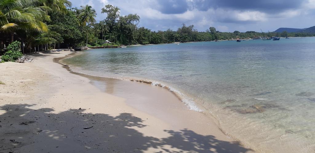 Bãi biển Vũng Bầu xinh đẹp, nước sạch và trong xanh. Chiêm ngưỡng vẻ đẹp nguyên sơ của biển tại Mai Phương Beachfront Resort