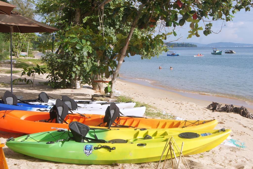 Bạn có thể bơi lội và tham gia vào các hoạt động thể thao, giải trí trên biển tại Gold Sand Beach Bungalow