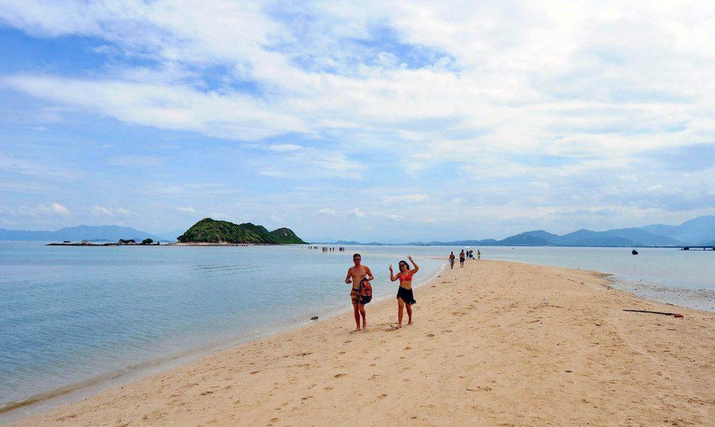 Làn nước trong vắt, bãi cát mịn và trắng cùng sóng êm rất thích hợp để tắm biển