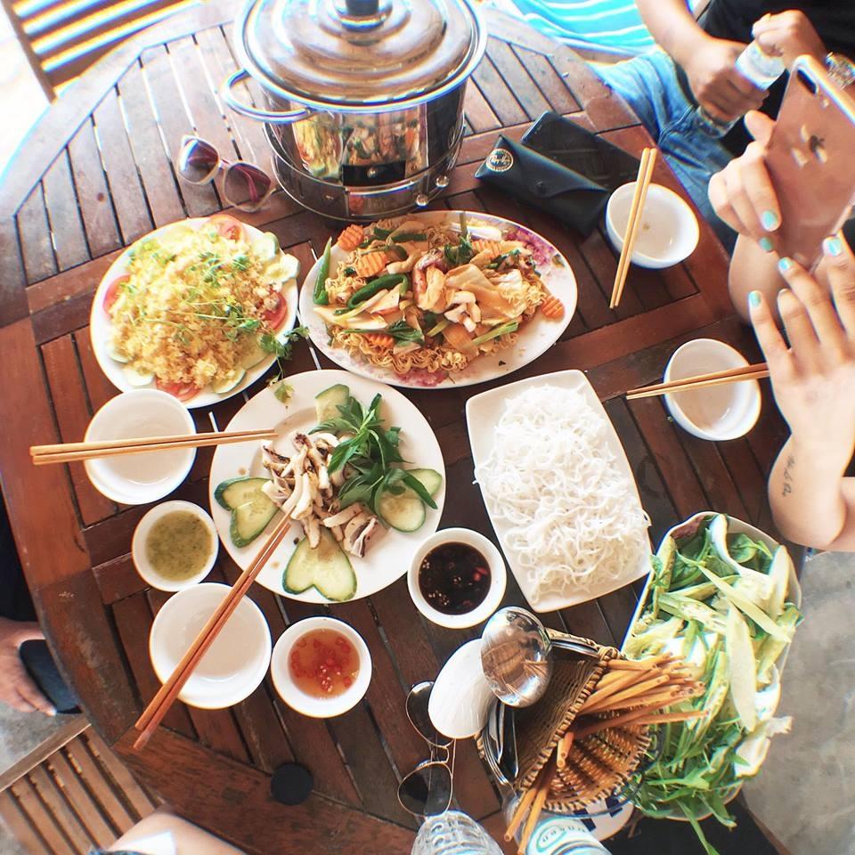 Bữa ăn đơn giản với hải sản tại đảo Điệp Sơn
