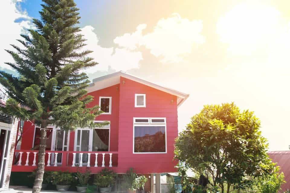 Ngôi nhà màu đỏ viền trắng nhìn đơn giản nhưng ấn tượng du khách từ cái nhìn đầu tiên