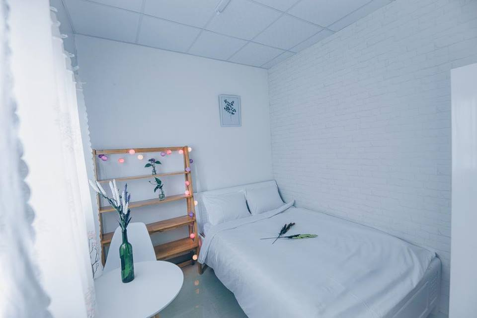 Phòng ngủ trang trí nhẹ nhàng với dây đèn nháy và bức tranh gỗ tao nhã