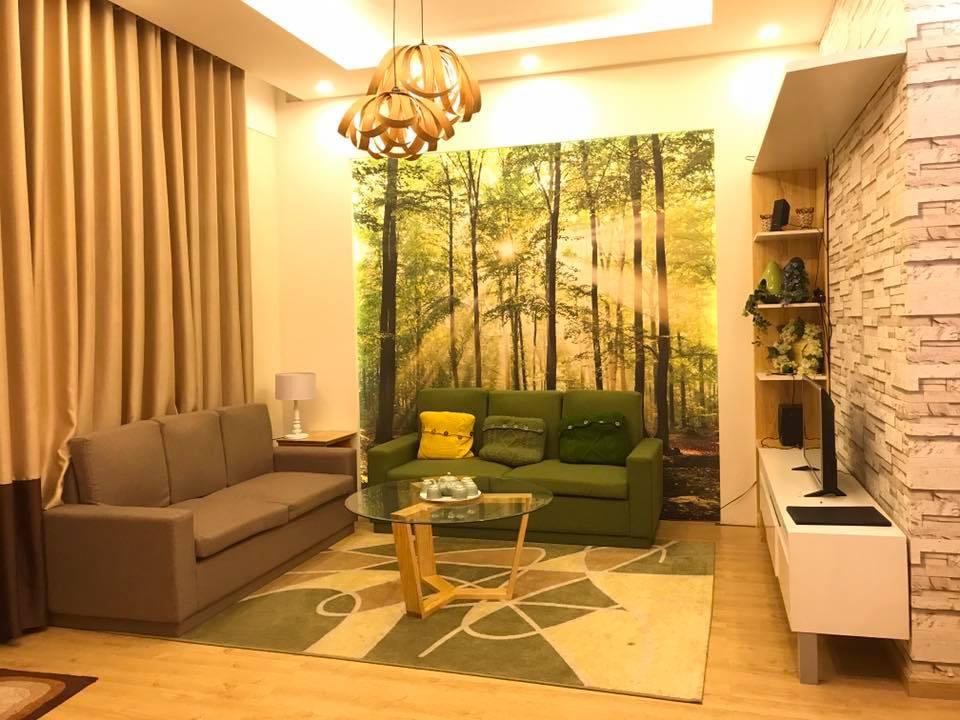 Phòng khách tiện nghi, tạo cảm giác gần gũi với thiên nhiên qua gam màu xanh trắng cùng bức tranh tường đặc sắc