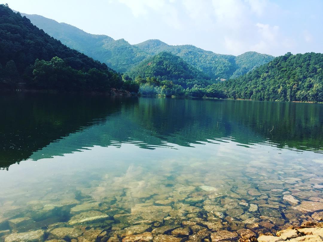 nước hồ, núi với nhiều cây xanh