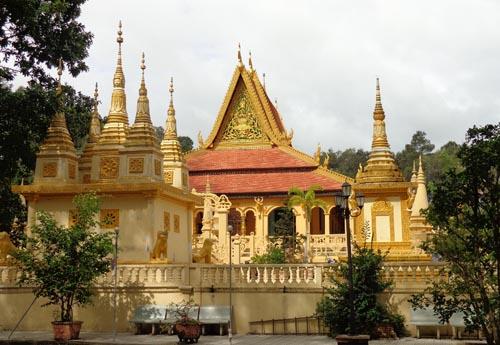 chùa Âng tọa lạc cạnh danh thắng ao Bà Om là ngôi chùa lớn của Trà Vinh