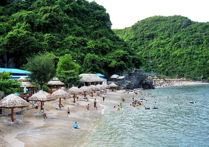 Vịnh Lan Hạ nơi có khung cảnh nên thơ với bãi cát trắng trải dài tít tắp
