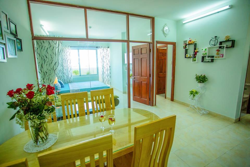 tBàn ăn sạch sẽ, gọn gàng ngay trong bếp, cạnh phòng ngủ tại homestay giá rẻ tại Vũng Tàu