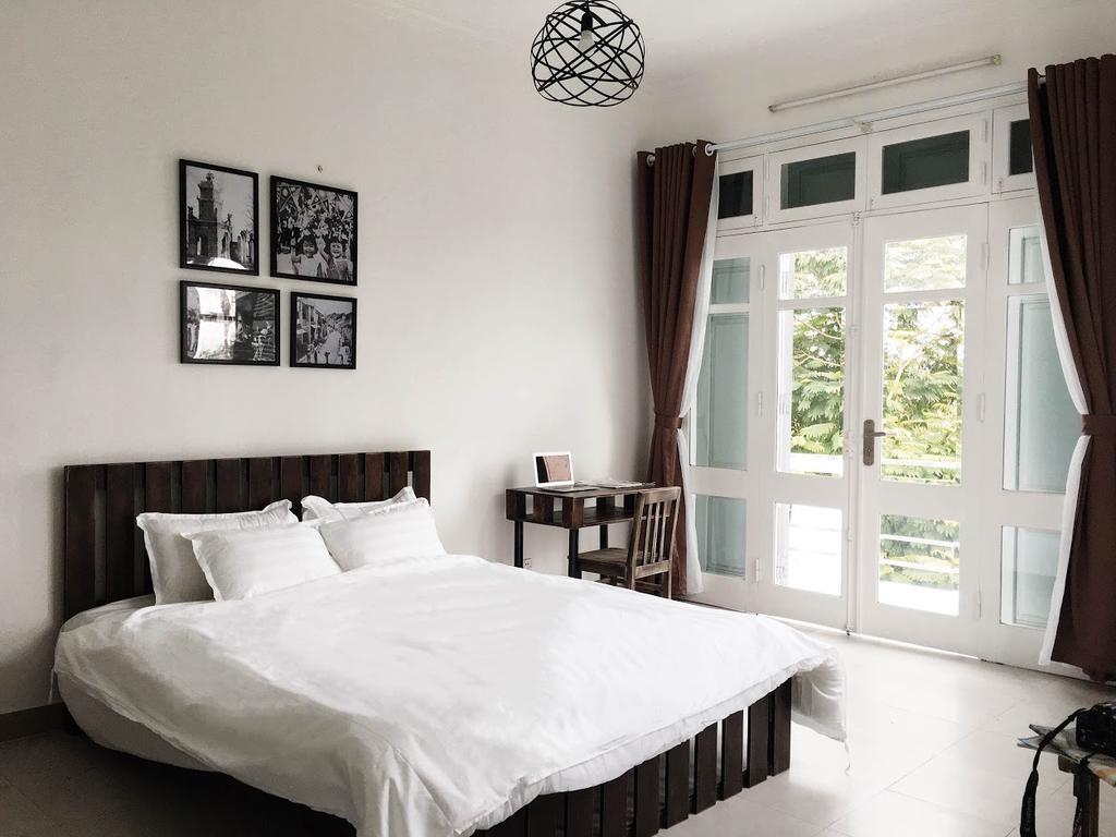 Tone chủ đạo màu trắng với những điểm nhấn từ vật dụng màu nâu - villa tại Tây Hồ, Hà Nội