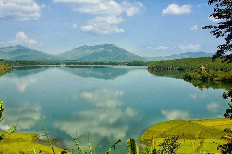 Khung cảnh thơ mộng, trong xanh của hồ T'rưng