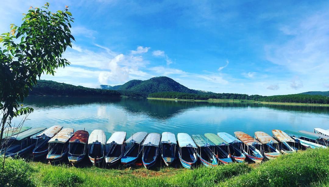 Hồ Tuyền Lâm với cảnh sắc vô cùng yên bình